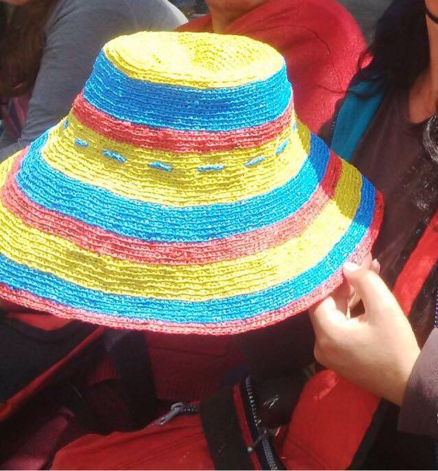 Sombrero de Colombia elaborado en bolsas plásticas, por mujeres de la casa de la igualdad de Bosa.