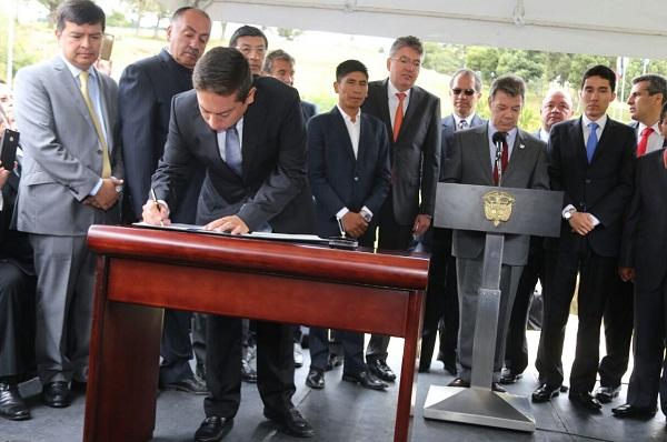 Gobernador Carlos Amaya firmó el Contrato Boyacá Bicentenario por $ 1 billón