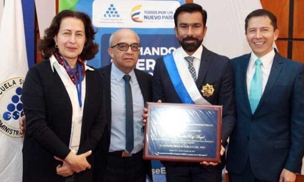 Condecoración al Gobernador de Cundinamarca como Administrador Público del año